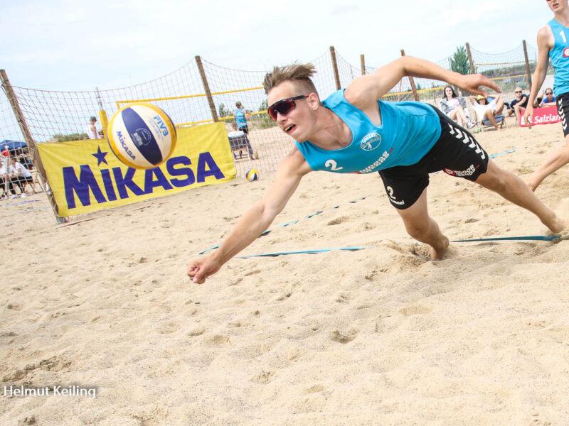 Beachvolleballspieler im Sprung zum Ball